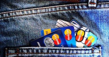 vários cartões de crédito no bolso