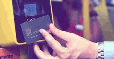 Pagando com cartão de crédito no ônibus em São Paulo