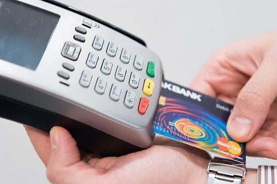 Passando compra na maquininha de cartão